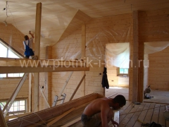 Покраска стен внутри деревянного дома