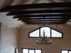Отделка потолка - балки в доме из бруса