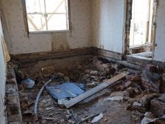 Реконструкция деревянного дома, демонтаж полов